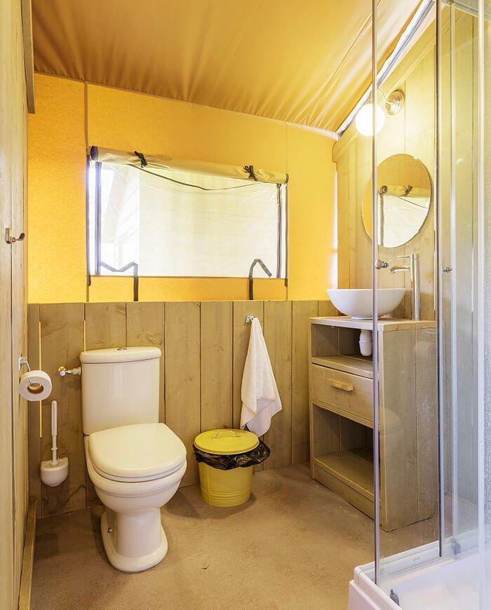 lodge tent met sanitair