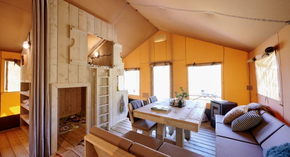 Glamping tent interieur volledig ontzorgt